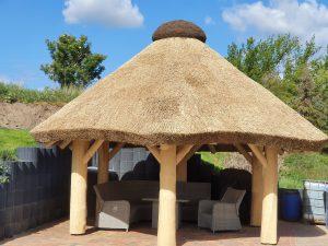 Gartenpavillon mit Reetdach aus Polen