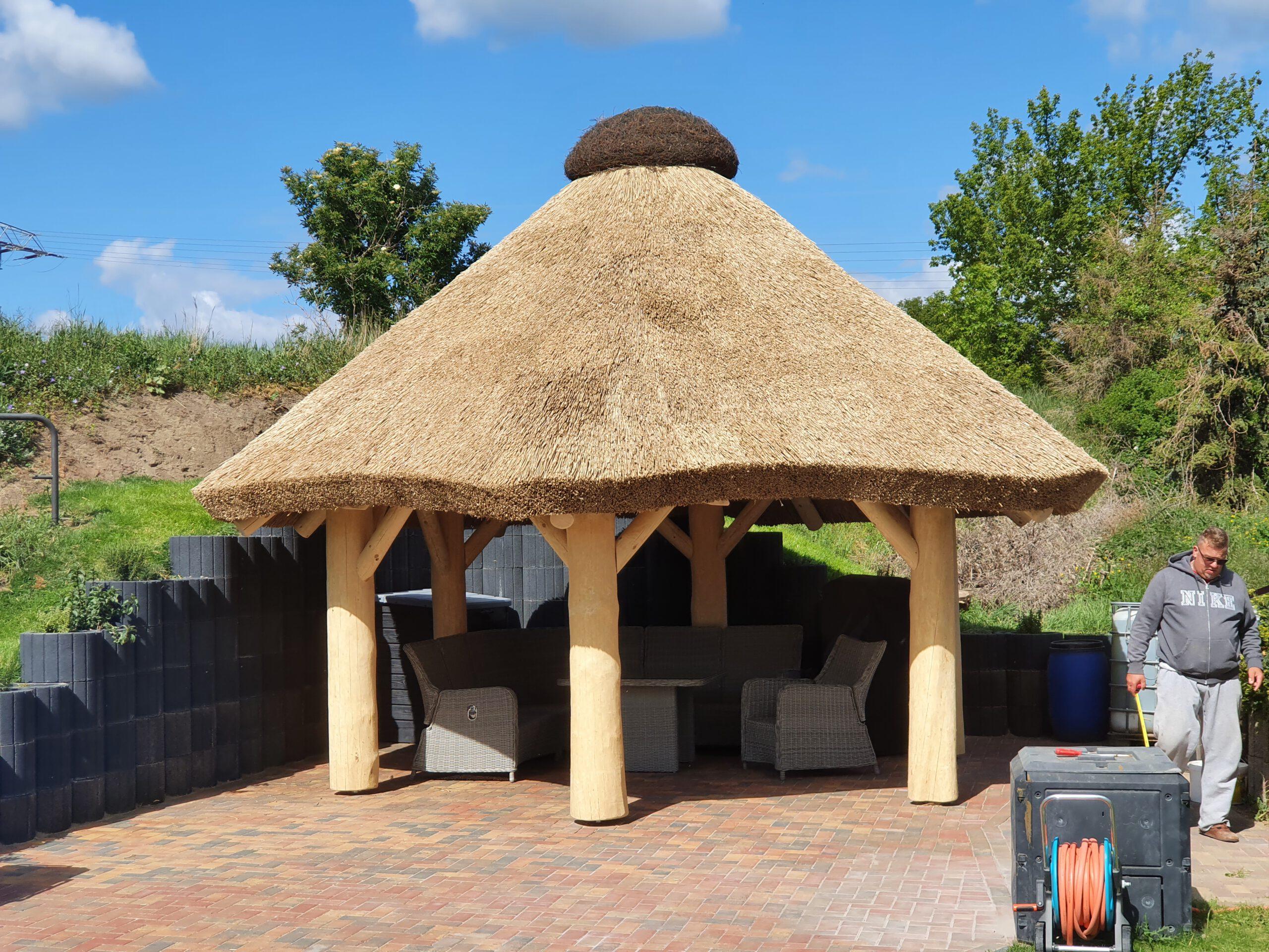 Gartenpavillon mit Reetdach