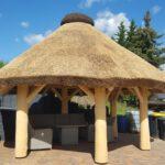 Pavillon mit Reetdachdeckung, Reetdachdeckerei